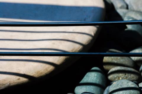 Round stones, line shadows