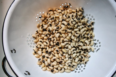 Draining the black-eyed peas, getting ready to cook them